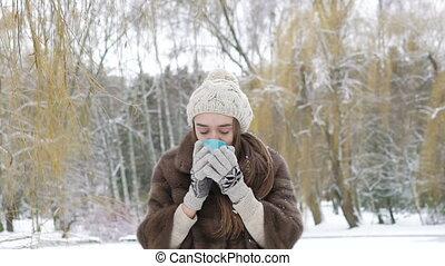 extérieur, hiver, tasse, boisson chaude, boire, jolie fille, jour
