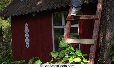 extérieur, jambes, élevé, bois, escalade, homme, échelle