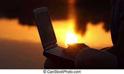 extérieur, mâle, doigts, pc, coucher soleil, clavier, impression, rive