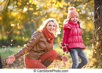 extérieur, parent, feuilles, jaune, automne, gosse, jouer, heureux
