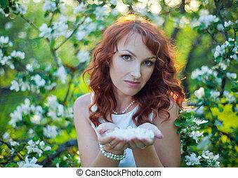 extérieur, printemps, sur, cheveux, fille souriante, garden., apple-trees, fleur, nature., jeune, arrière-plan., magnifique, apprécier, rouges, femme heureuse, beauté, nature, gratuite, fleurs, sain, liberté, vert, concept.