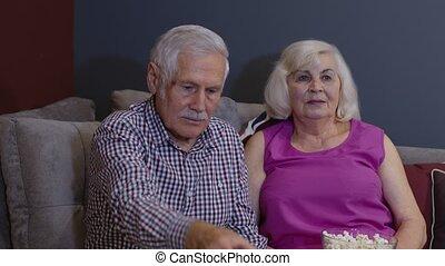 extérieur tv, sofa, rire, humour, couple, tenue, séance, exposition, vieux, contrôle, conversation, personne agee, regarder