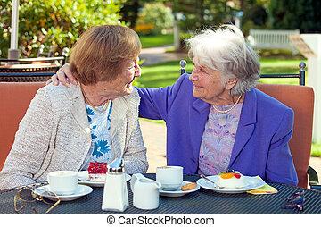 extérieur, vieux, gai, conversation, table, femmes