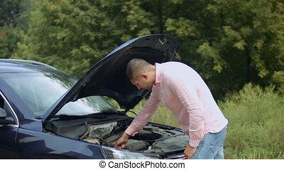 extérieur, voiture, inquiété, regarder, sous, capuchon, homme