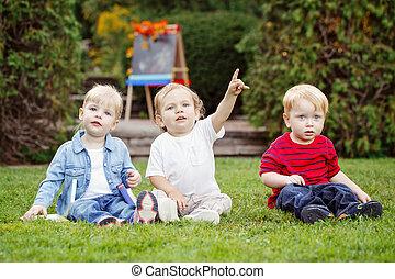 exterior, libros, tres niños