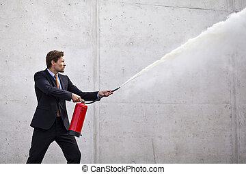 extintor, homem negócios, focalizado, usando