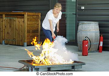 extintor, mulher, fogo, parada, forno, vinda, usando