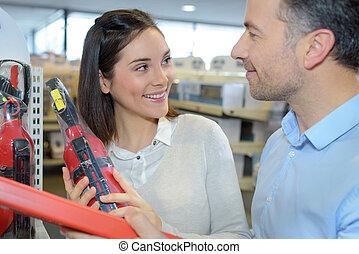 extintor, par, loja, segurando