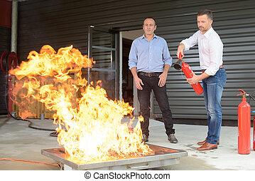 extintor, treinamento, usando, fogo, durante, homem negócios