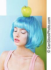 extraño, estilizado, mujer, en, azul, peluca, con, manzana verde