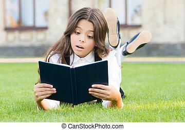 extracurricular, 学校の 女の子, 基本, outdoors., 卵を生む, 小さい, お気に入り, 学びなさい, 愛らしい, 本, かわいい, reading., 女生徒, 勉強, ユニフォーム, 子供, concept., 芝生, わずかしか, education., 読書