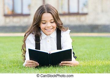 extracurricular, outdoors., 小さい, 学びなさい, concept., 愛らしい, 勉強, 芝生, 子供, 女生徒, 基本, 卵を生む, reading., お気に入り, 女の子の読書, ユニフォーム, かわいい, 教育, book., 本, 学校, わずかしか