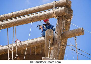 extremo, profissional, videographer, durante, tiroteio, ligado, escalando, torre, trabalhando, sob, extremo, condições