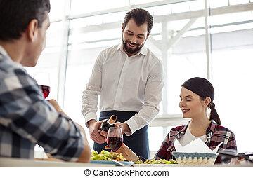 exuberante, agradable, camarero, porción, un, tabla