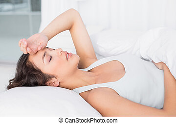 eyes, vrouw, slaperig, jonge, bed, lijden, gesloten, thuis, aanzicht, bovenkant, hoofdpijn