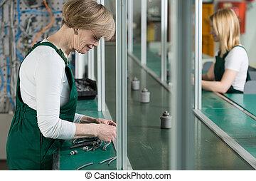fábrica, mujeres que trabajan