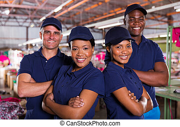 fábrica têxtil, colegas trabalho, com, braços cruzaram