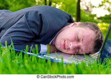 fáradt, ember, alva, képben látható, egy, laptop, a parkban
