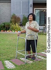 fáradt, senior woman, birtoklás, szív probléma, után, gyalogló, noha, nemezelőmunkás