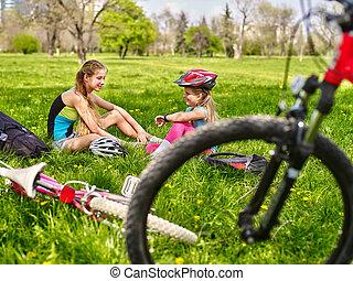 fárasztó, bicikli, bír, lány, maradék, cycling., ők, helmet.