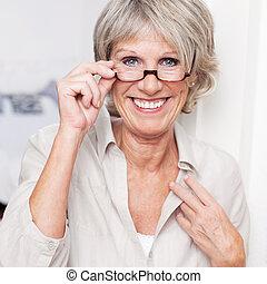 fárasztó, boldog, idősebb ember, felolvasás, hölgy, szemüveg