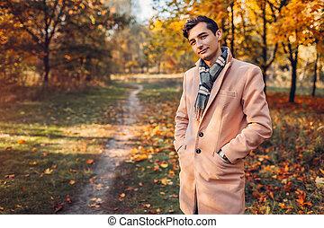 fárasztó, gyalogló, klasszikus, fiatal, jelentékeny, segédszervek, ősz erdő, üzletember, elegáns, pasas, sunset., öltözék