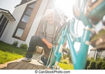 fárasztó, kék, övé, öreg, modern, öregedő, gumitalpú cipő, bicikli, megjavítás, ember