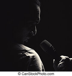 fâché, homme, à, microphone