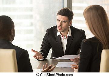 fâché, mécontent, sur, résultat, mauvais, partenaires, patron, discuter