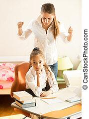fâché, swears, fille, devoirs, mère