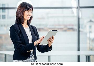 fällig, geschäftsfrau, mit, digital tablette, in, buero