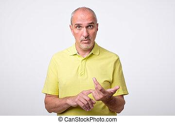 fällig, hispanic mann, zählen, auf, fingers., er, gleichfalls, schwierig, erklären, seine, meinung