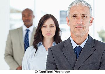 fällig, manager, stehende , aufrecht, und, gefolgt, per,...