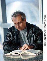 fälliger mann, lesende