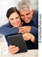 fälliges ehepaar, gebrauchend, tablette, edv