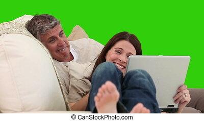fälliges ehepaar, lachender, vor, a, laptop