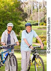 fälliges ehepaar, mit, ihr, fahrräder