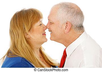 fälliges ehepaar, reibende nasen