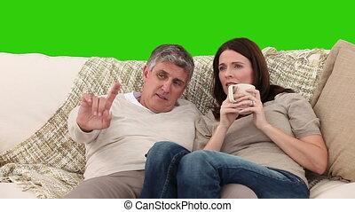 fälliges ehepaar, reizend, aufpassender fernsehapparat