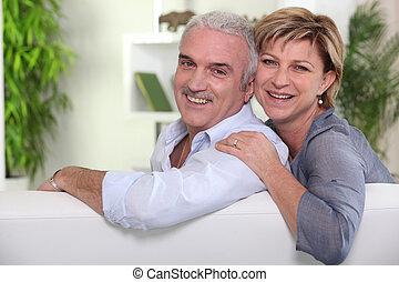 fälliges ehepaar, sitzen sofa, zusammen