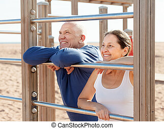 fälliges ehepaar, zusammen, bei, sport ausrüstungen