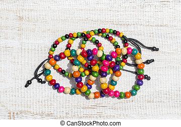 färgrik, trä, pärlhalsband, armband, vita, trä, bakgrund