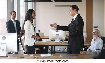 féliciter, main, directeur, asiatique, éloge, secousse, employé, promotion
