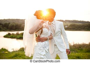 fényes, este nap, shines, felett, csókolózás, esküvő párosít