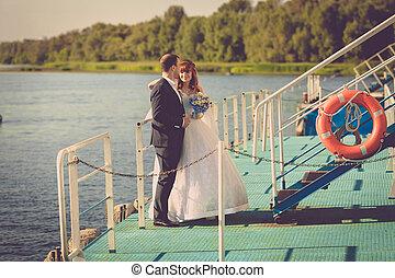 fénykép, közül, gyönyörű, menyasszony inas, álló, képben látható, móló, képben látható, folyó