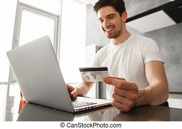 fénykép, közül, sikeres, ember, 30, alatt, kényelmes ruházat, birtok, hitelkártya, és, cselekedet, fizetés, lebonyolítás, képben látható, laptop, alatt, modern, szoba