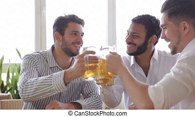 férfiak, három, jókedvű, hord, pirítós, kényelmes