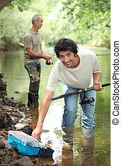 férfiak, halászat, alatt, egy, folyó