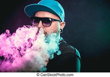 férfiak, noha, szakáll, alatt, napszemüveg, vaping, és, elengedés, egy, felhő, közül, vapor.
