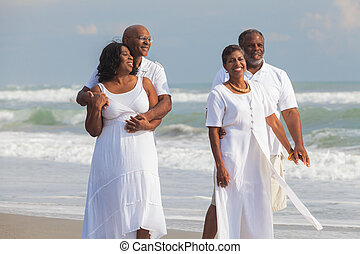 férfiak, párosít, amerikai, afrikai, idősebb ember, boldog, tengerpart, nők